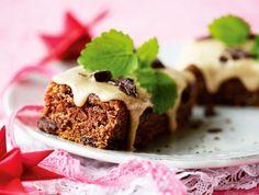 Kanel i kager dufter og smager af jul - her byder vi på sprøde kanelcookies med nødder og chokolade, saftige kanelsnegle med marciapn og lækker kanelkage med chokolade og kaffeglasur.