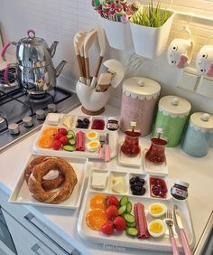 How does it feel to have a kitchen like this for lunch? Breakfast Presentation, Food Presentation, Gourmet Breakfast, Tasty, Yummy Food, Food Platters, Food Decoration, Food Design, Food Plating