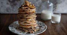 De American pancake is de luchtige zoete variant van onze eigen pannenkoek. Een klein pannenkoekje, verrukkelijk te combineren met gekarameliseerde banaantjes en walnoten. Stapelen maar! American Pancakes, Fruit, Breakfast, Morning Coffee, The Fruit