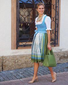 Leinendirndl mit handbedruckter Tuchseidenschürze- Erhältlich bei Susanne Spatt in der Aigner Straße 32, 5026 Salzburg. @susannespatt @feinerlei @beautydrybar