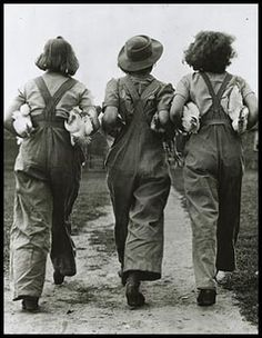 ∴ Trios ∴ the three graces & groups of 3 in art and photos - Land Girls Land Girls, Army Girls, Old Pictures, Old Photos, Vintage Photographs, Vintage Photos, Vintage Models, 1940s Fashion, Vintage Fashion