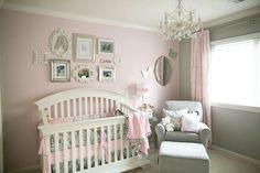 murs en rose pâle et gris clair dans la chambre bébé