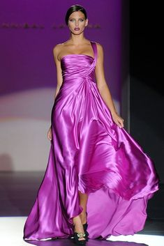 Hannibal Laguna designs stand out like couture in every way. Each style showcases a woman's silhouette and wraps her in fine fabric, like she is a gift. Beautiful Maxi Dresses, Beautiful Gowns, Pretty Dresses, Beautiful Outfits, Gorgeous Dress, Pink Fashion, Runway Fashion, Couture Fashion, Dress Fashion