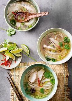 Pho (Nudelsuppe) / Volles Aroma mit kräftiger Brühe, Hähnchenfleisch und Gewürzen – Das raffinierte Nationalgericht Vietnams ist so beliebt, dass viele es dort schon zum Frühstück essen. Rezept: http://www.meine-familie-und-ich.de/rezepte/pho-nudelsuppe