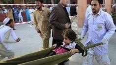 Más de 150 muertos por terremoto de 7,5 que sacudió Afganistán, Pakistán e India. Una niña es ingresada en el hospital de Jalalabad en Afganistán.