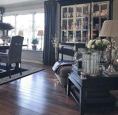 En som virkelig er dyktig når det kommer til interiør og dekor er torillsyn1 på instagram. Jeg skal i dag vise dere noen bilder fra hennes flotte hjem. Lekkert, elegant og eksklusivt er noe s…