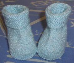 bottons bleu et argent 6 mois f Knit Boots, Tartan Pattern, Baby Boots, Baby Knitting, Knit Crochet, Crochet Slippers, Shoes, Kilts, Recherche Google