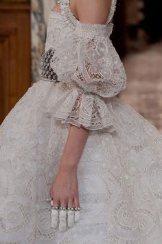Alexander McQueen, Fall 2013 ~ (Look familiar? TOTT a Pin or so ago, this time in a side on view. )