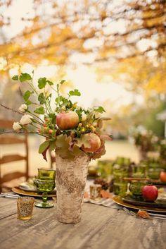 vase décoré d'écorce avec une composition de pommes, roses blanches et feuilles d'automne en tant que déco de mariage en automne