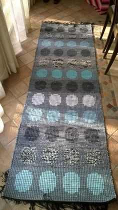 <p>Töissä istun aina tietokoneen vieressä, joten vastapainoksi kaipaan jotain tekemistä käsilleni. Aloitin blogituksen samalla, kun päätin aloittaa uudelleen räsymattojen kutomisen</p> <p> </p> Recycled Fabric, Crochet Home, Bath Rugs, Woven Rug, Rug Runner, Rugs On Carpet, Home Furnishings, Hand Weaving, Area Rugs