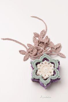 Cottage stars Christmas garland pattern by Anabelia Craft Design #anabeliacraftdesign #crochetsnowflake #crochetstar #crochetgarland