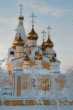 Preobrazhensky cathedral in Yakutsk, Russia ukrainian orthodox church 9 domes snow gold Sacred Architecture, Russian Architecture, Church Architecture, Beautiful Architecture, Cathedral Church, Old Churches, Church Building, Amazing Buildings, Chapelle