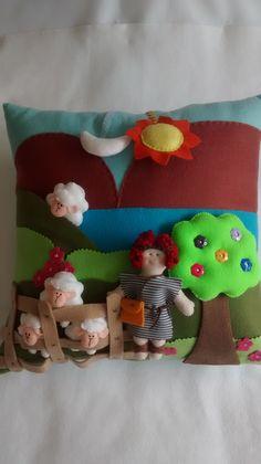 Almofada para contar histórias bíblicas  Confeccionada em feltro, acompanha um bonequinho e 4 ovelhinhas