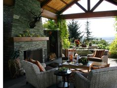 高台のテラスの屋外リビングと暖炉 | 住宅デザイン