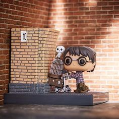 All aboard the Hogwarts Express 🚂 ✨Our exclusive Harry Potter Movie Moment Pop! is available online now & in-stores tomorrow (Link to shop in bio! Décoration Harry Potter, Harry Potter Dolls, Harry Potter Bedroom, Funko Pop Harry Potter, Hogwarts, Figurine Pop Harry Potter, Harry Potter Pop Figures, Kou Diabolik Lovers, Harry Potter Bricolage