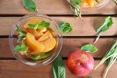 Nectarinas confitadas en romero, menta (y orujo)