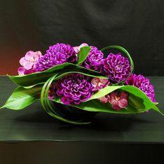 art floral moderne, sculpture de fleurs et de grandes feuilles vertes