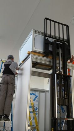 Mounting the top illumination unit on the Scanalyzer imaging cabin. Precision forklift driving necessary.