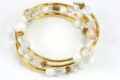 Rigtig flot armbånd i memorywire, med perler i hvidt tema og metaldele. Varer fra www.cyberimport.dk
