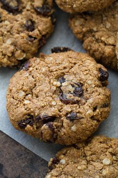 Flourless oatmeal raisin cookies that are soft, chewy, and super easy to make. They& comforting health food at its finest! Oatmeal Rasin Cookies, Almond Flour Cookies, Oatmeal Muffins, Keto Cookies, Chip Cookies, Paleo Dessert, Healthy Desserts, Healthy Foods, Dessert Bread