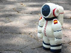 Spaceman Astronaut pattern amigurumi. By Caloca Crochet.