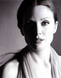 Beautiful light on this Julianne Moore beauty shot Julianne Moore, Black And White Portraits, Black And White Photography, Actrices Hollywood, Portrait Inspiration, Famous Faces, Celebrity Photos, Movie Stars, Divas