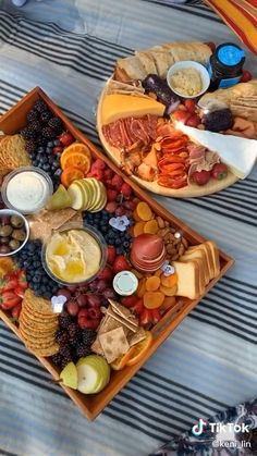 Charcuterie Recipes, Charcuterie Platter, Charcuterie And Cheese Board, Cheese Boards, Charcuterie Vegan, Charcuterie Picnic, Party Food Platters, Cheese Platters, Cheese Table