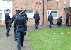 Poliția din Dagenham a început să caute în casele supraaglomerate