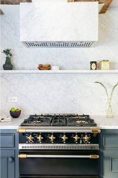 Easy and fun kitchen designs and decorations - Are you looking for inspirations for your kitchen design and style? Discover kitchen tips and design inspiration from a bunch of kitchens, including color, decor and theme. Click the link to learn more. Kitchen Stove, New Kitchen, Kitchen Dining, Kitchen Paint, Kitchen Tips, Kitchen Ideas, Dining Room, Home Decor Kitchen, Interior Design Kitchen
