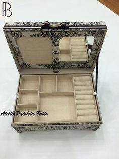 Caixa baú- cartonnage- cartonagem- porta joias- box  revestida em tecido 100% algodão arabesco por fora e revestida em suede por dentro com pés de metal.