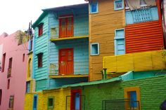 Caminito, Buenos Aires, Argentina No bairro de La Boca, a rua tradicional de Buenos Aires é conhecida culturalmente por ter inspirado a música do famoso tango Caminito. As cores são um show à parte e fazem o passeio valer muito mais!