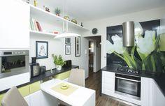 Biele steny, fototapeta s tulipánmi a nové zariadenie urobili z tmavého priestoru nádhernú kuchyňu, kde je radosť variť a stolovať.