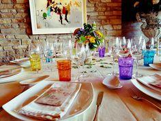 [Novedad] ¿Os gustaría que vuestra #boda fuera colorista y alegre? ¡Los nuevos #vasos de colores combinados con una #decoración floral a juego os encantarán!