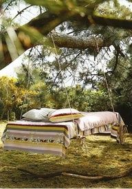 outside pallet tree bed -- Reclaimed Pallets Revamped. I could be talked into this rather than a hammock. Outdoor Spaces, Outdoor Living, Outdoor Beds, Outdoor Bedroom, Outdoor Photos, Outdoor Gardens, Pallet Tree, Diy Pallet, Pallet Ideas