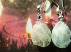 Hvid jade øreringe i rå stil - stenen er rå med sølv perle og sølv ørehænger. ann wei design skaber smykker i sten, krystal, swarowski og perler som passer til boheme kvinden der elsker personlige ting. Den råhvide farve her passer til farver og fest men også til den stilfulde kjole.   Earrings from ann wei design with a touch of bohemian modern style. The earrings are in silver and are pure and raw. They suit a beautiful dress. See more on: www.annweidesign.com