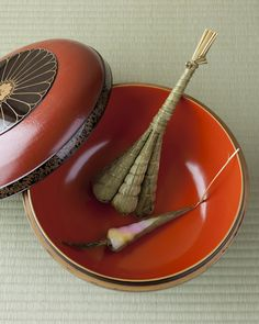 Japanese sweets -chimaki- on maki-e lacquer bowl of Edo period (1603~1867)