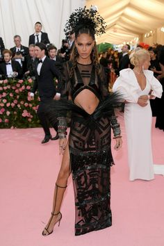 Joan Smalls Photos - Joan Smalls attends The 2019 Met Gala Celebrating Camp: Notes on Fashion at Metropolitan Museum of Art on May 2019 in New York City. - The 2019 Met Gala Celebrating Camp: Notes On Fashion - Arrivals Joan Smalls, Gala Dresses, Nice Dresses, Celebrity Outfits, Celebrity Style, 1990 Style, Look Star, Met Gala Red Carpet, Velvet Gown