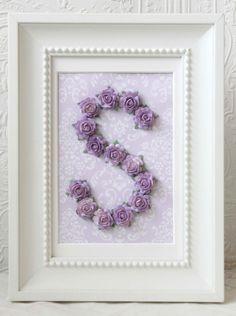 monograma feito com flores artificiais em porta retrato. Ideal para decorar quarto de meninas
