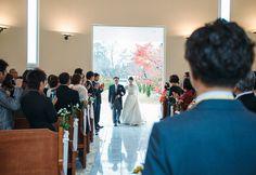 ご新婦さまの入場を、ご新郎さまが見守ります。 #Brideal #wedding #original #ordermade #ideas #fireworks #garden #green #ceremony #ブライディール #ウェディング #オリジナル #オーダーメイド #結婚式 #花火