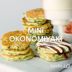 These Osaka-style pancakes are often made with cabbage or spring onion, topped with a strong, sweet okonomi sauce (similar to barbecue sauce) and striped with K Asian Street Food, Japanese Street Food, Japanese Food, Japanese Sandwich, Japanese Hot Cakes Recipe, Japanese Pancake, Pancake Art, Savory Pancakes, India Food
