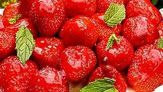 Taivaallinen mansikkatorttu Taivaallisen hyvän tortun pitäisi riittää kahdeksalle hengelle, mutta kuusikin ihmistä syö sen viimeistä murua myöten. Kokoa torttu juuri ennen tarjoilua, ettei rapea kaurapohja pehmene.