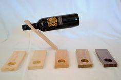 Das geradlinige Design lässt die Weinflasche optisch schweben. Der Weinständer aus massiven Edelhölzern (Ahorn, Buche & Eiche) ist fein geschliffen und eingelassen. Eignet sich nur für 0,7l Flaschen. Organic, Design, Wood Columns, Wine Bottles, Basket, Home Decor Accessories, Oak Tree, Homes