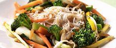 Stekte grønnsaker med nudler | FRUKT.no Japchae, Chicken, Meat, Ethnic Recipes, Food, Red Peppers, Beef, Meals, Yemek
