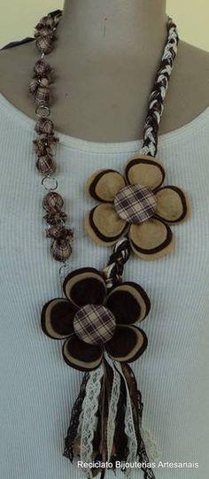 Colar de bolas cobertas em tecido com duas flores de feltro. R$ 25,00