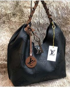 Bolsa Louis Vuitton – Carmel Noir Monogram – Preto – Couro Sintético Lv Handbags, Luxury Handbags, Big Purses, Purses And Bags, Pinterest Trends, Stella Maccartney, Mini Mochila, Sacs Design, Beautiful Bags