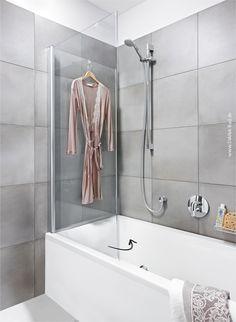 Wanne und Dusche in einem. Die Glaswand kann platzsparend eingeklappt werden.