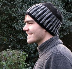 This warm and cozy beanie/toque is knitted in rounds from the brim to the crown. With needle size 4.5mm it easily can be finished in two or three evenings that makes it a great 'last minute' present too.  Pattern is available in english - deutsch - nederlands!