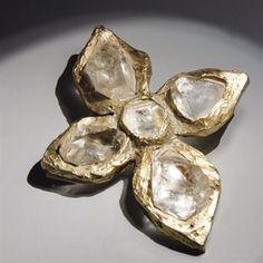 PENDENTIF CROIX CRISTAL DE ROCHE, PAR YVES SAINT LAURENT   ROBERT GOOSSENS POUR YVES SAINT LAURENT, ETE 1983   De forme libre, ornée de cristaux de roche, monture en métal   3 x 10,5 cm. (5 1/8 x 4¼ in.)