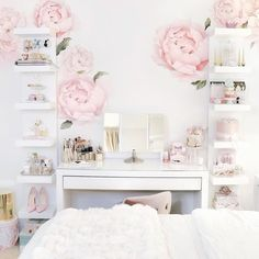 Stolní senzorické kosmetické zrcátko s LED osvětlením, nastavitelnými bočními zrcadly a odnímatelným 10x zvětšovacím zrcátkem. Nabíjení pomocí USB. Materiál: ocel; Rozměr: 40,8 x 51,5 x 18 cm. Sunday Rose, Glam Room, Great View, Vanity, Usb, Mirror, Furniture, Happy Sunday, Diana