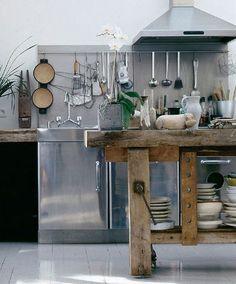 En esta cocina se ha utilizado un banco de carpintería como mesa, una maravilla. #cocinas #muebles
